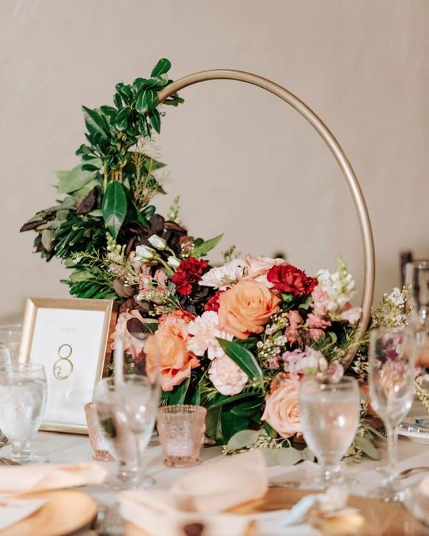 Ring flower di atas meja akan mempercantik dekorasi pernikahan