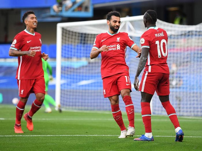 LONDON, ENGLAND - SEPTEMBER 20: Sadio Mane of Liverpool celebrates with teammate Mohamed Salah after scoring his teams second goal during the Premier League match between Chelsea and Liverpool at Stamford Bridge on September 20, 2020 in London, England. (Photo by Michael Regan/Getty Images)
