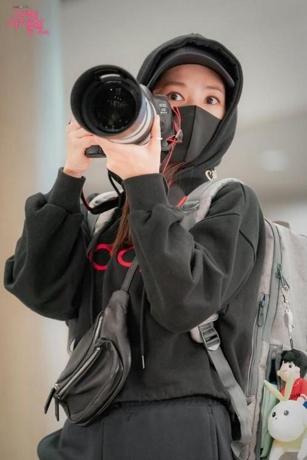Staf menjual informasi idol Kpop kepada sasaeng fans dan hanya melalui transaksi uang tunai.