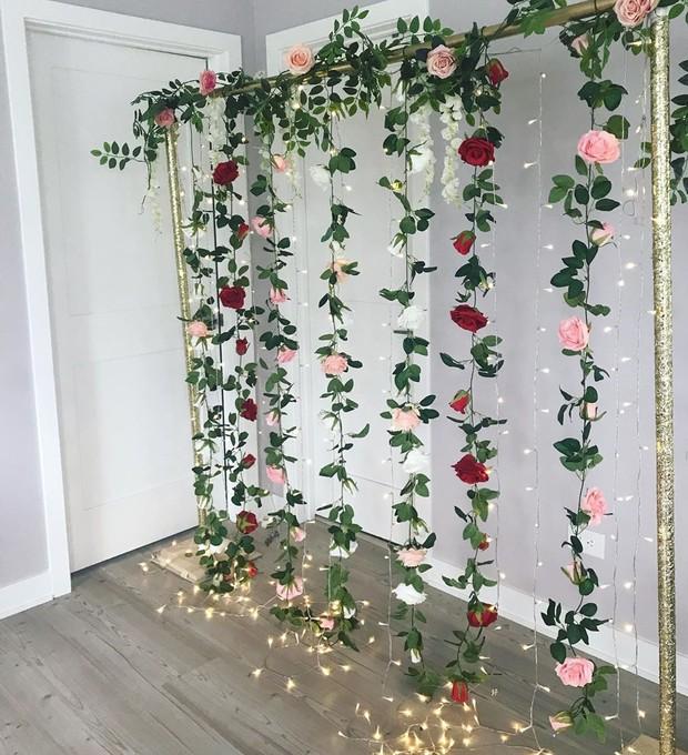 Sulur bunga menjadi pilihan yang tepat saat menata backdrop