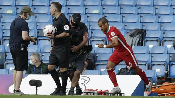 LONDON, ENGLAND - SEPTEMBER 20: Thiago Alcantara of Liverpool makes his way onto the pitch after half time during the Premier League match between Chelsea and Liverpool at Stamford Bridge on September 20, 2020 in London, England. (Photo by Matt Dunham - Pool/Getty Images)