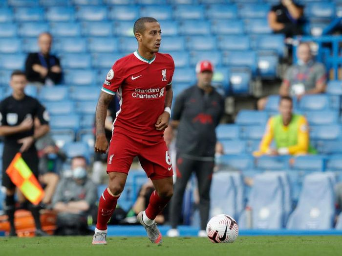 LONDON, ENGLAND - SEPTEMBER 20: Thiago Alcantara of Liverpool in action during the Premier League match between Chelsea and Liverpool at Stamford Bridge on September 20, 2020 in London, England. (Photo by Matt Dunham - Pool/Getty Images)