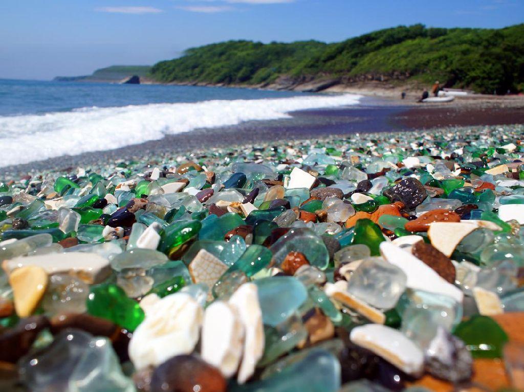 Karena Limbah Botol, Pantai Ini Jadi Punya Pasir Kaca