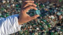 Foto: Pasir Pantai Kaca Unik dari Limbah Botol