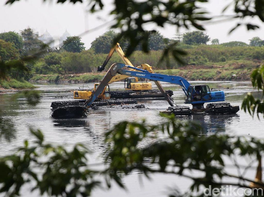 Waduk Ria Rio Dikeruk Antisipasi Musim Hujan
