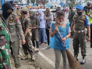 Terjaring Operasi Yustisi, Warga Tak Bermasker di Padang Dihukum Nyapu Jalan