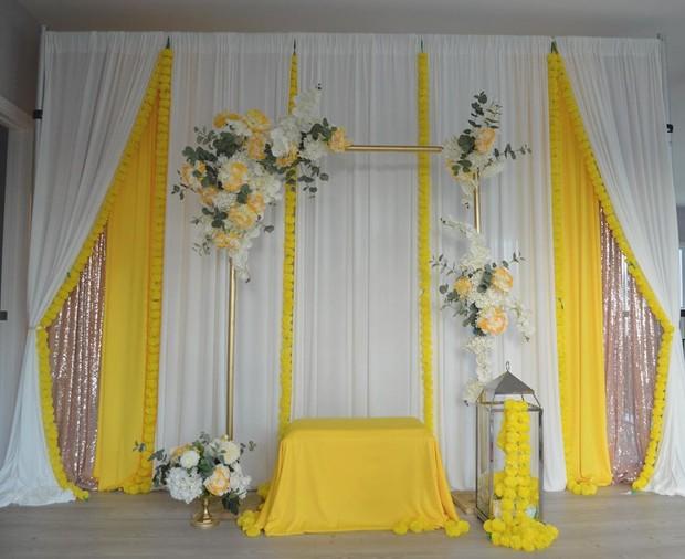Perpaduan kain berwarna putih dan kuning merupakan ide bagus untuk diy dekor pernikahan