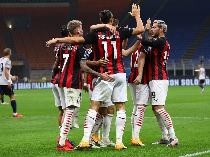 MILAN, ITALY - SEPTEMBER 21:  Zlatan Ibrahimovic #11 of AC Milan celebrates with his team-mates after scoring the opening goal during the Serie A match between AC Milan and Bologna FC at Stadio Giuseppe Meazza on September 21, 2020 in Milan, Italy.  (Photo by Marco Luzzani/Getty Images)