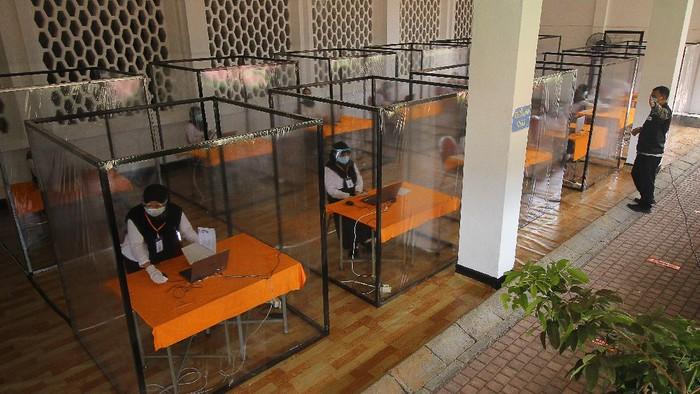 Sejumlah bilik khusus disediakan bagi peserta tes CPNS yang memiliki hasil rapid test reaktif di Surabaya. Seperti apa potretnya?