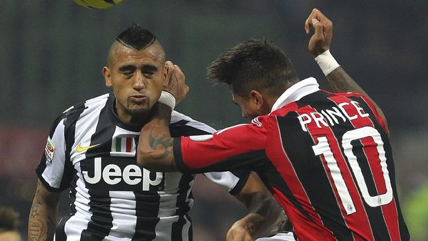 MILAN, ITALY - NOVEMBER 25:  Arturo Vidal of Juventus FC competes for the ball with Kevin-Prince Boateng of AC Milan during the Serie A match between AC Milan and Juventus FC at San Siro Stadium on November 25, 2012 in Milan, Italy.  (Photo by Marco Luzzani/Getty Images)