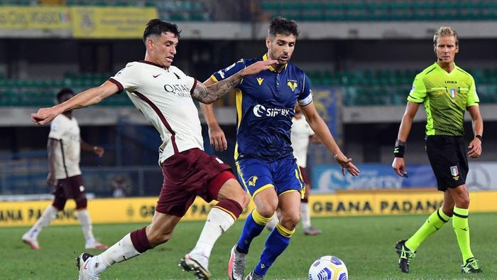 VERONA, ITALY - SEPTEMBER 19: Roger Ibanez of As Roma  competes for the ball with Miguel Veloso of Hellas Verona during the Serie A match between Hellas Verona FC and AS Roma at Stadio Marcantonio Bentegodi on September 19, 2020 in Verona, Italy. (Photo by Alessandro Sabattini/Getty Images)