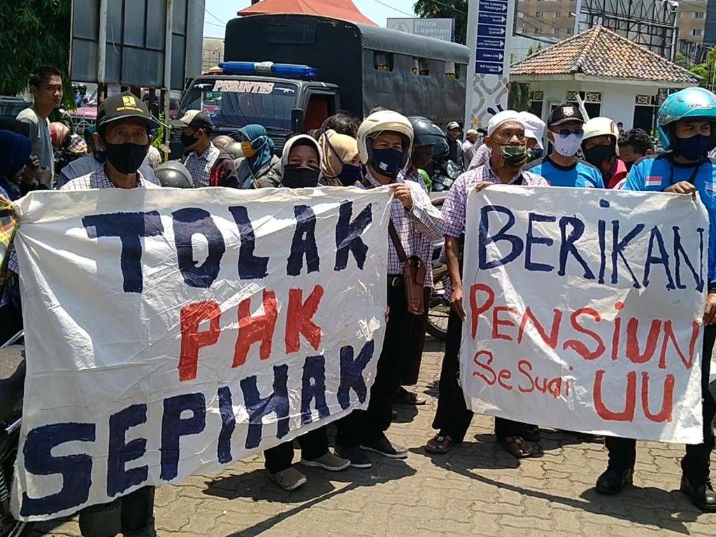 Protes PHK Sepihak, Ratusan Buruh Pabrik Turun ke Jalan