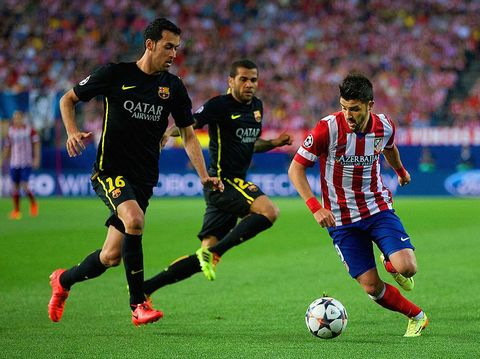 MADRID, SPAIN - APRIL 09:  David Villa of Club Atletico de Madrid under pressure from Sergio Busquets of Barcelona during the UEFA Champions League Quarter Final second leg match between Club Atletico de Madrid and FC Barcelona at Vicente Calderon Stadium on April 9, 2014 in Madrid, Spain.  (Photo by Gonzalo Arroyo Moreno/Getty Images)