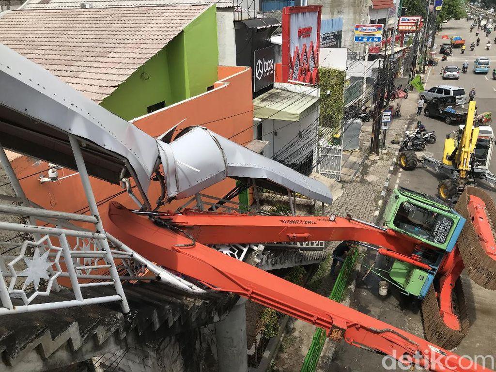 Ekskavator di Kampung Melayu Terguling Saat Hendak Diangkut ke Gudang