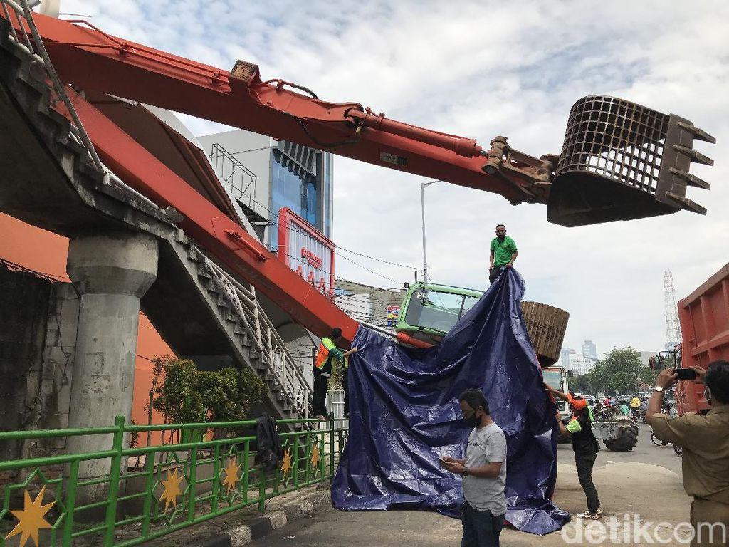 Ekskavator Terguling Hancurkan Tangga JPO Kampung Melayu