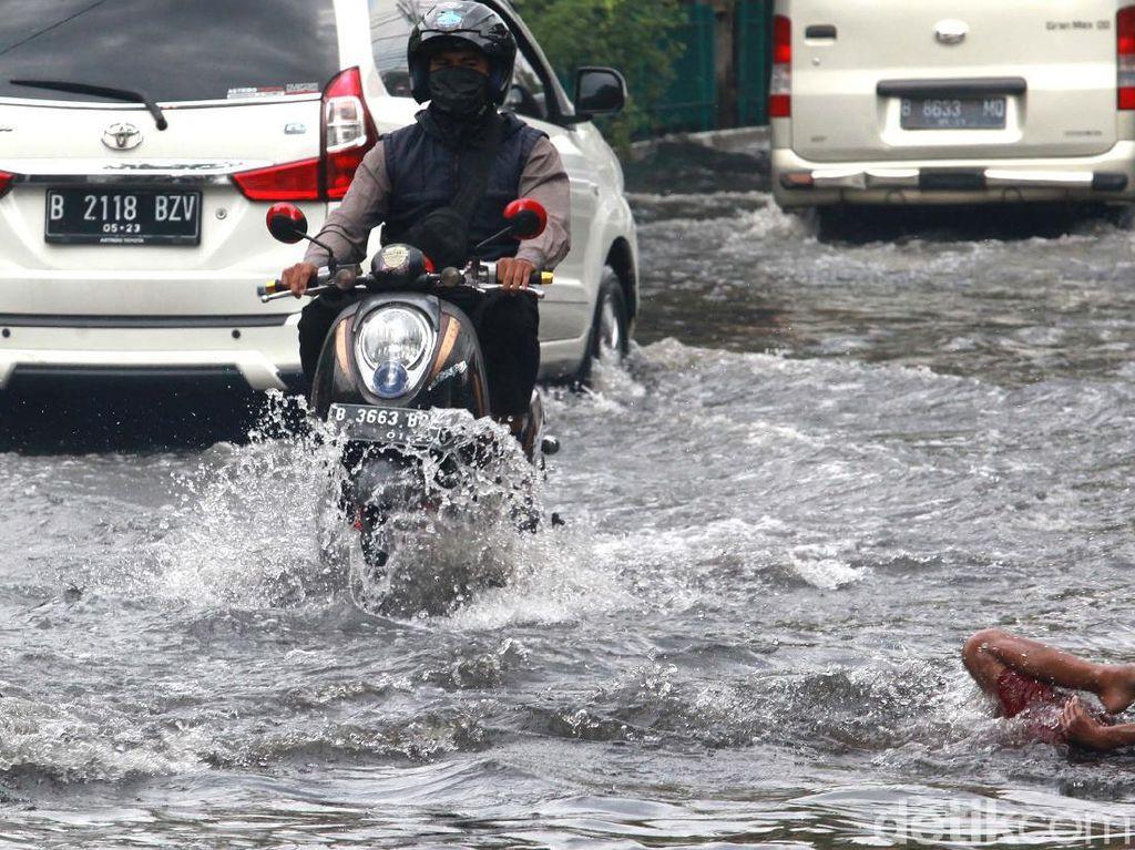 Akibat Hujan Deras, 20 Ruas Jalan di Jakarta Tergenang