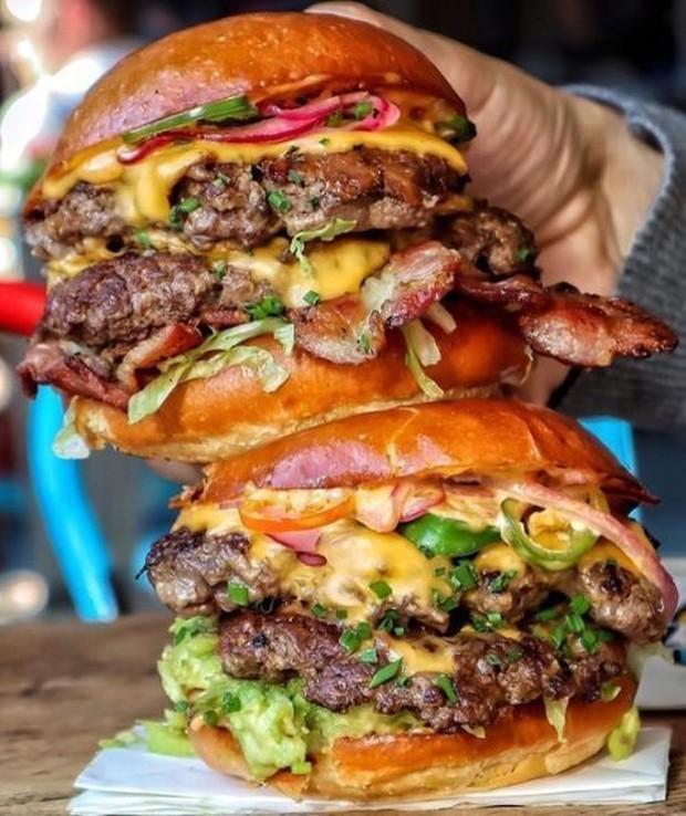 YooA Oh My Girl diam-diam pergi ke restoran burger, namun bertemu dengan staf.