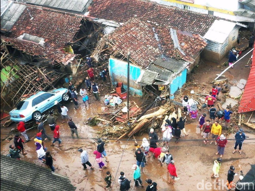 Video Kisah Gara Selamatkan 4 Warga Terseret Banjir Bandang Sukabumi
