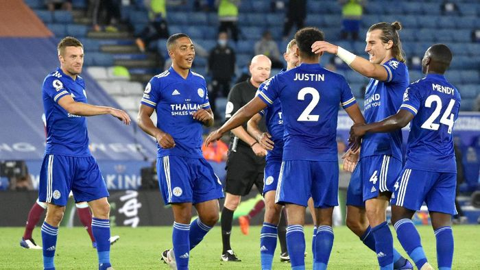 LEICESTER, ENGLAND - SEPTEMBER 20: James Justin of Leicester City celebrates with teammates after scoring his teams third goal during the Premier League match between Leicester City and Burnley at The King Power Stadium on September 20, 2020 in Leicester, England. (Photo by Rui Vieira - Pool/Getty Images)