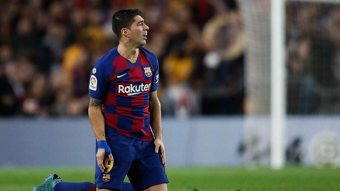 BARCELONA, SPAIN - DECEMBER 18: Luis Suarez of FC Barcelona looks the action after loses the ball during the Liga match between FC Barcelona and Real Madrid CF at Camp Nou on December 18, 2019 in Barcelona, Spain. (Photo by Eric Alonso/Getty Images)