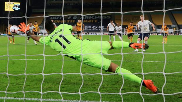 WOLVERHAMPTON, ENGLAND - SEPTEMBER 21: Kevin De Bruyne of Manchester City scores his sides first goal from the penalty spot as Rui Patricio of Wolverhampton Wanderers attempts to save during the Premier League match between Wolverhampton Wanderers and Manchester City at Molineux on September 21, 2020 in Wolverhampton, England. (Photo by Nick Potts - Pool/Getty Images)