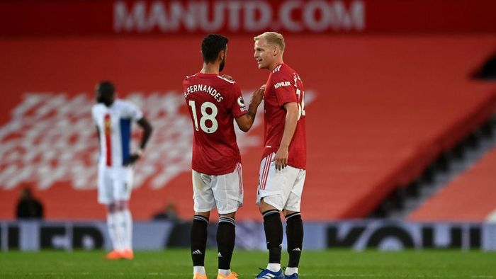 MANCHESTER, ENGLAND - SEPTEMBER 19: Donny Van De Beek of Manchester United speaks with Bruno Fernandes of Manchester United during the Premier League match between Manchester United and Crystal Palace at Old Trafford on September 19, 2020 in Manchester, England. (Photo by Shaun Botterill/Getty Images)