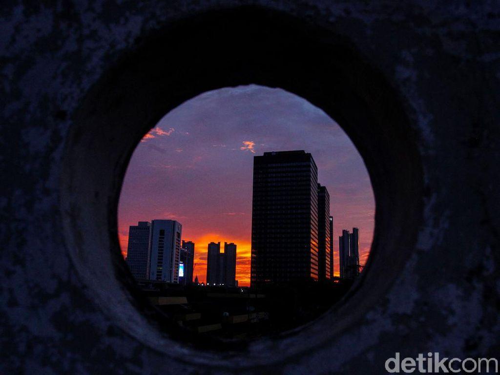 Menikmati Senja Ibu Kota di Musim Pancaroba