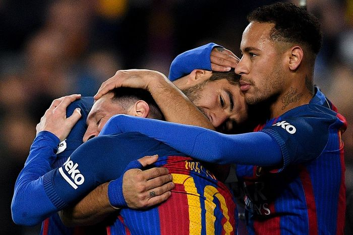 BARCELONA, SPAIN - DECEMBER 18:  Luis Suarez (C) of FC Barcelona celebrates with his team mates Lionel Messi (L) and Neymar Jr.after scoring his teams second goal during the La Liga match between FC Barcelona and RCD Espanyol at the Camp Nou stadium on December 18, 2016 in Barcelona, Spain.  (Photo by David Ramos/Getty Images)