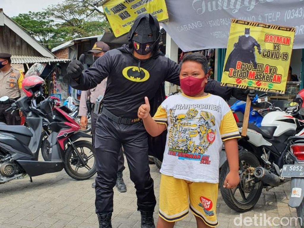 Awas! Ada Batman Siap Memburu Warga Tak Bermasker di Pasuruan