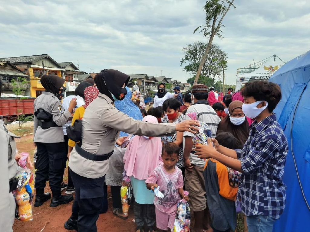 Polisi Beri Bansos-Trauma Healing ke Korban Kebakaran di Kali Baru Jakut