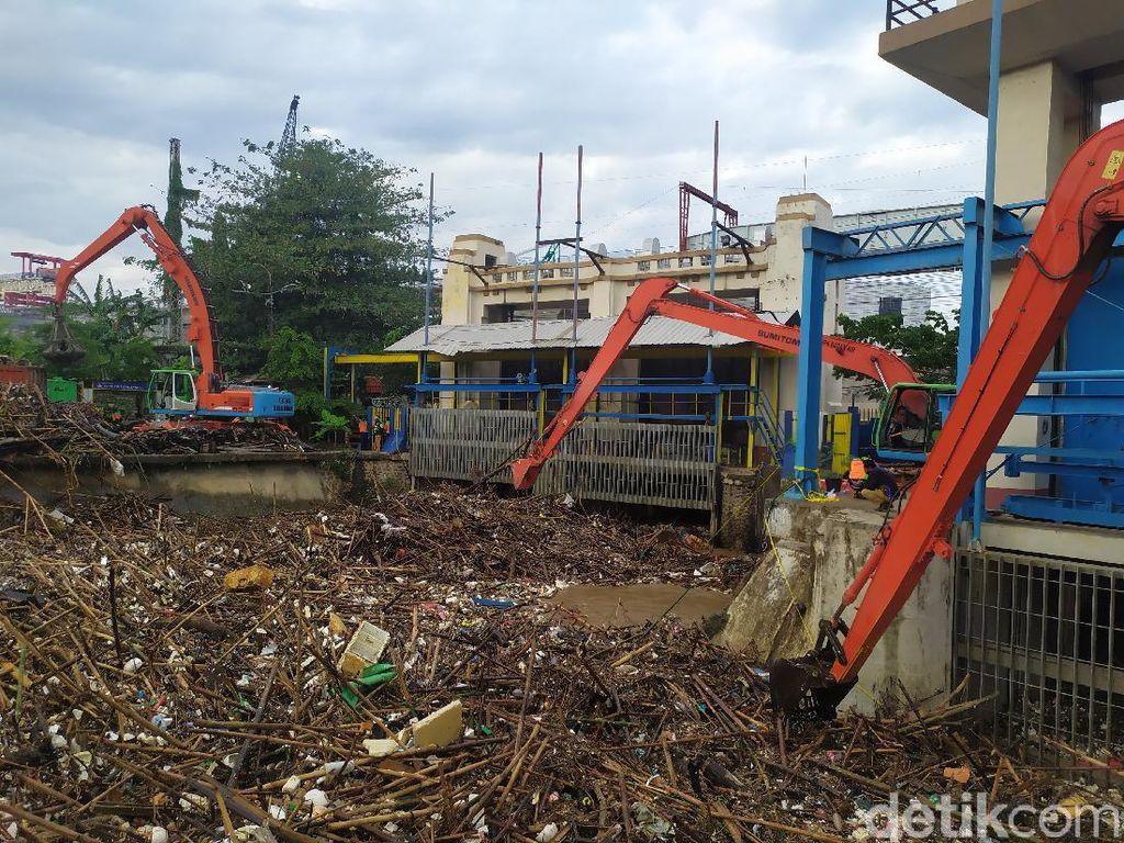 Sampah Sebanyak 60 Truk Diangkut dari Pintu Air Manggarai
