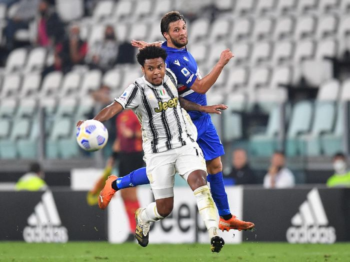 TURIN, ITALY - SEPTEMBER 20:  Weston Mckennie (L) of Juventus is challenged by Bartosz Bereszynski of UC Sampdoria during the Serie A match between Juventus and UC Sampdoria at Allianz Stadium on September 20, 2020 in Turin, Italy.  Photo by Valerio Pennicino/Getty Images)