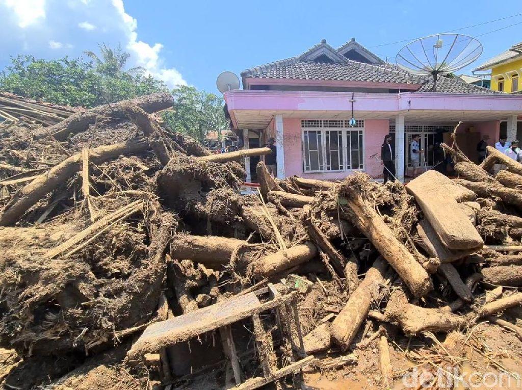 Gelondongan Kayu Berserakan di Lokasi Banjir Bandang Sukabumi