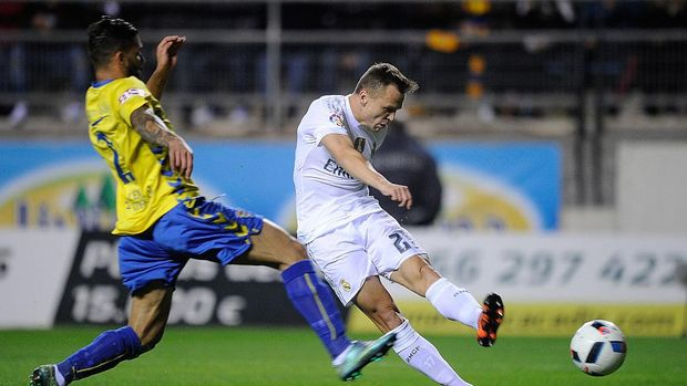 CADIZ, SPAIN - DECEMBER 02:   Denis Cheryshev of Real Madrid shoots past Cristian Marquez of Cadiz to score his team's opening goal during the Copa del Rey Round of 32 First Leg match between Cadiz and Real Madrid at Ramon de Carranza stadium on December 2, 2015 in Cadiz, Spain.  (Photo by Denis Doyle/Getty Images)