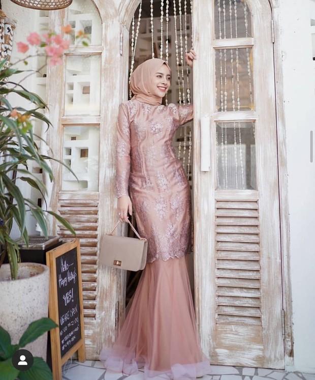 Model kebaya mermaid dress yang menampilkan sisi feminin dan membuat penggunanya terlihat anggun.