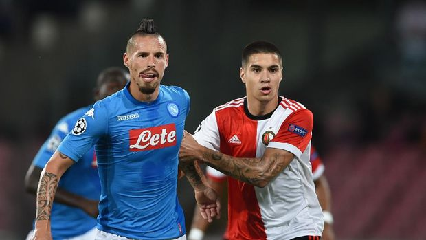Feyenoord's Dutch defender Kevin Diks (R) fights for the ball with Napoli's midfielder from Slovakia Marek Hamsik during the UEFA Champion's League Group F football match Napoli vs Feyenoord Rotterdam on September 26, 2017 at the San Paolo stadium in Naples. (Photo by Filippo MONTEFORTE / AFP)