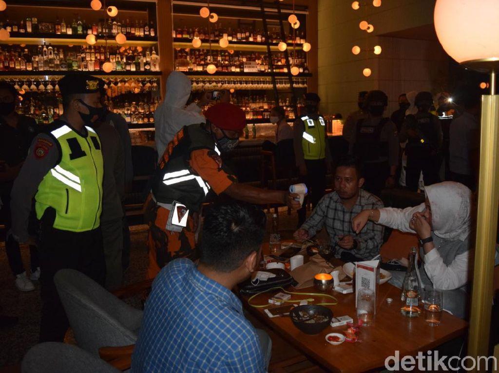 Dibawa ke Polrestabes Surabaya, 10 Karyawan Royal KTV Karaoke Dirapid Test