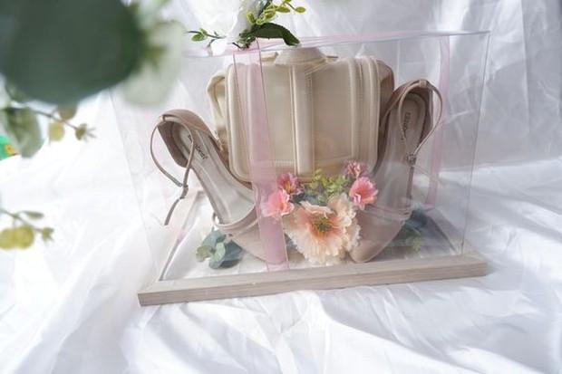 Selain tukar cincin, pertunangan juga biasanya memberikan barang seserahan. Untuk meminimalisir budget, kamu bisa mengisi barang seserahan yang nantinya bisa digunakan kembali ketika resepsi pernikahan.