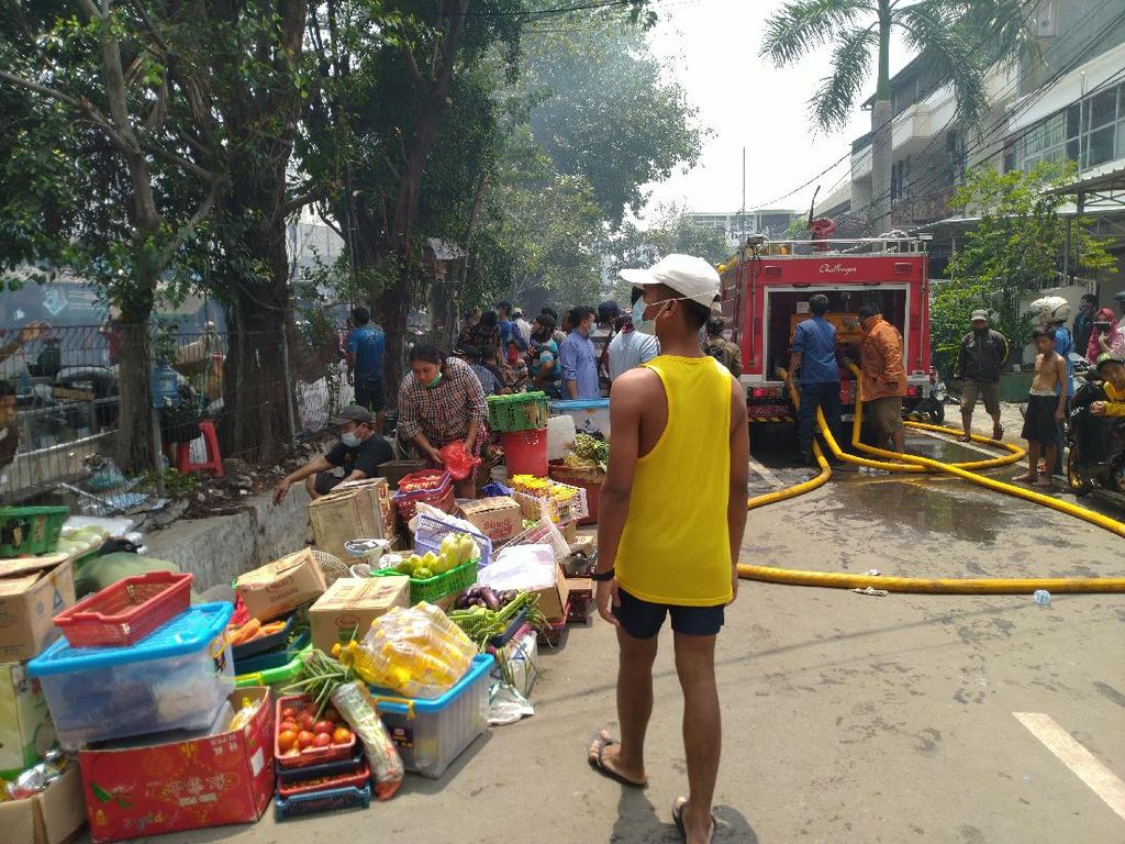 Api Belum Padam, Pedagang Pasar Cempaka Putih Evakuasi Barang Dagangan