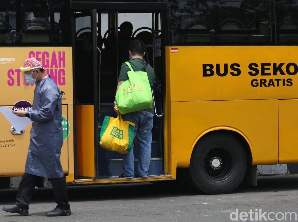 Pemprov DKI Siapkan 25 Bus Sekolah Antar Lansia ke Lokasi Vaksin COVID