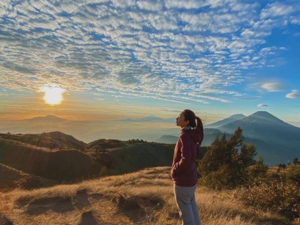 Potret Cantiknya Dinda Kirana dan Gunung Prau