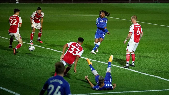 FLEETWOOD, ENGLAND - SEPTEMBER 23: Alex Iwobi of Everton scores his sides third goal during the Carabao Cup third round match between Fleetwood Town and Everton at Highbury Stadium on September 23, 2020 in Fleetwood, England. Football Stadiums around United Kingdom remain empty due to the Coronavirus Pandemic as Government social distancing laws prohibit fans inside venues resulting in fixtures being played behind closed doors. (Photo by Dave Thompson - Pool/Getty Images)