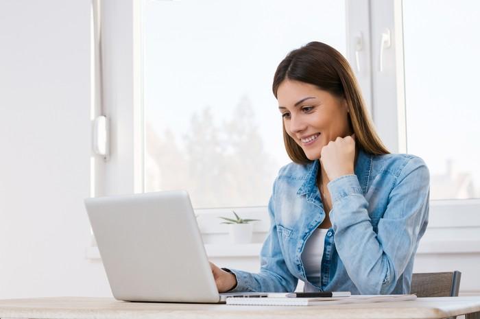 Ilustrasi wanita kerja pakai laptop