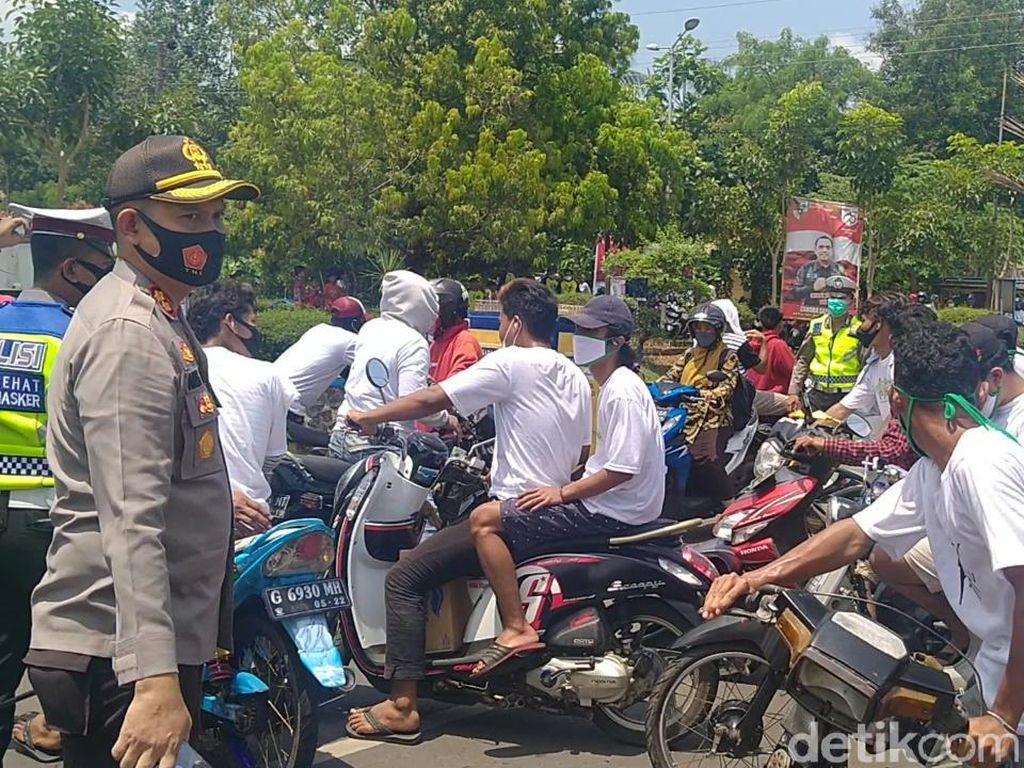 Geber-geber Motor Dekat KPU, Massa Pendukung Paslon Pilbup Pekalongan Dihalau