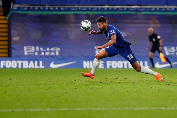 LONDON, ENGLAND - SEPTEMBER 23: Olivier Giroud of Chelsea scores his sides sixth goal during the Carabao Cup third round match between Chelsea and Barnsley at Stamford Bridge on September 23, 2020 in London, England. Football Stadiums around United Kingdom remain empty due to the Coronavirus Pandemic as Government social distancing laws prohibit fans inside venues resulting in fixtures being played behind closed doors. (Photo by Alastair Grant - Pool/Getty Images)