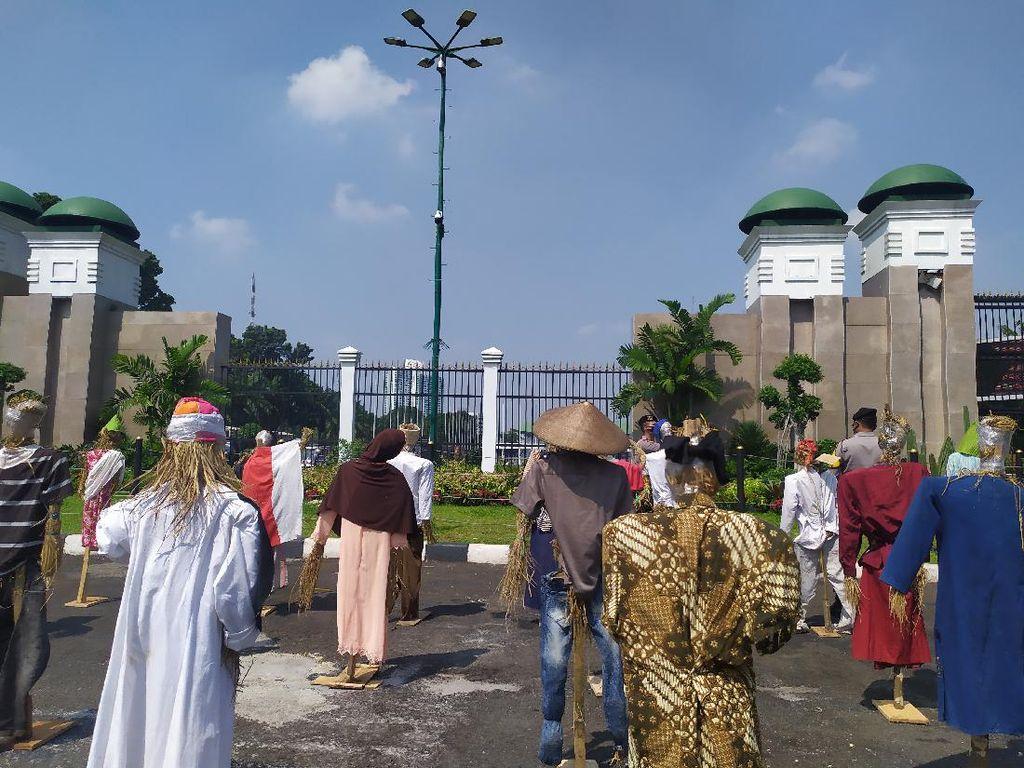 Hari Tani, Kelompok Massa Demo di Depan DPR Bawa Orang-orangan Sawah