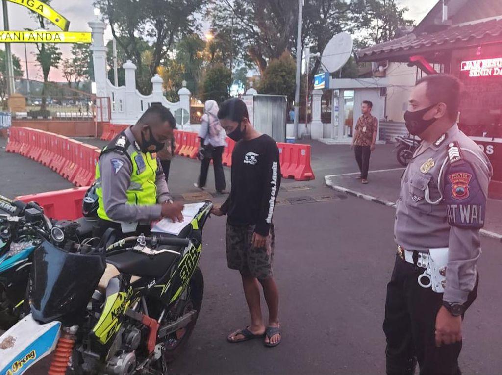 Konvoi dan Lakukan Atraksi Berbahaya, Puluhan Anggota Klub Motor Ditilang Polres Salatiga