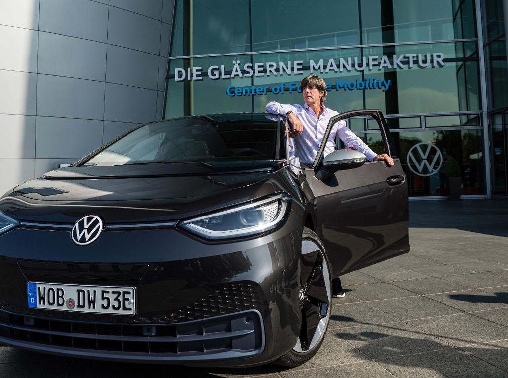 Potret Joachim Loew di Balik Kemudi Mobil Listrik Volkswagen ID.3