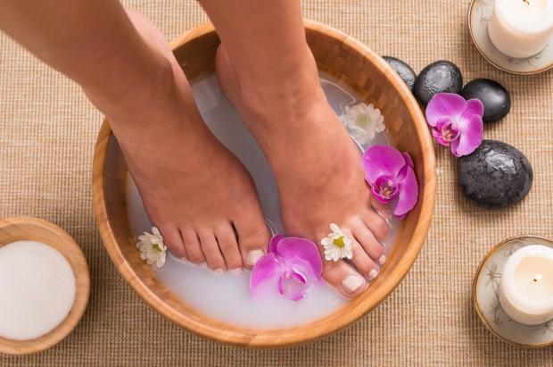 Cara merawat kaki ialah dengan rajin merendamnya