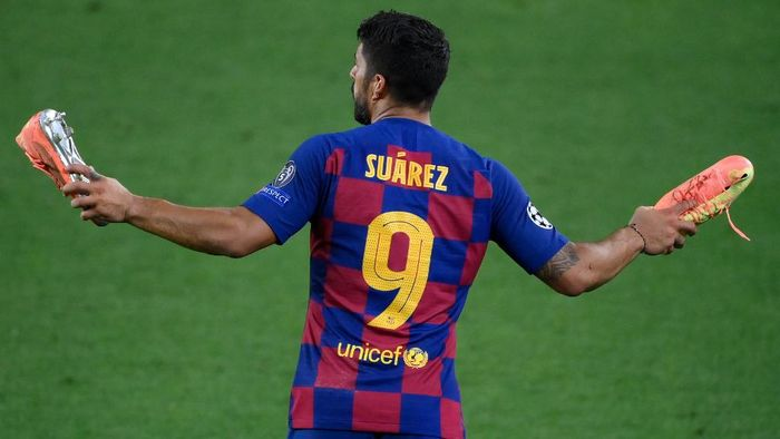 (FILES) In this file photo taken on August 08, 2020 Barcelonas Uruguayan forward Luis Suarez reacts at the end of the UEFA Champions League round of 16 second leg football match between FC Barcelona and Napoli at the Camp Nou stadium in Barcelona. - Atletico Madrid announced the signing of Barcelona forward Luis Suarez late on September 23, 2020, confirming the Uruguayan striker is set to continue playing in Spain rather than joining Juventus in Italy. (Photo by LLUIS GENE / AFP)